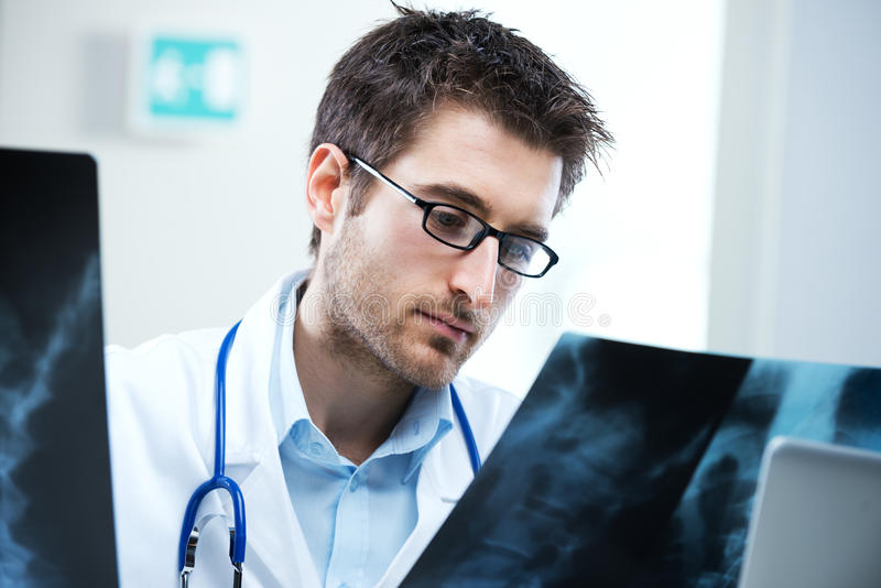 Radiologeprüfung lizenzfreie stockbilder