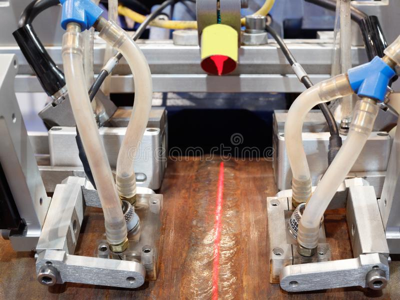 Radiologiczna inspekcja spawający szwy drymby wielkiej średnicy rurociąg na podstawie instalacyjnych kawałków obraz royalty free