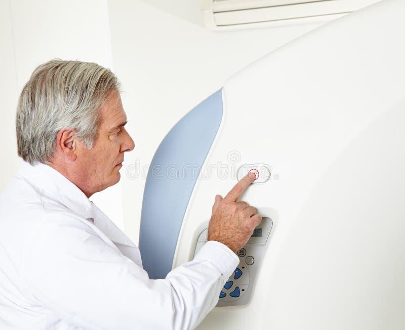 Radiologista em MRI imagem de stock royalty free