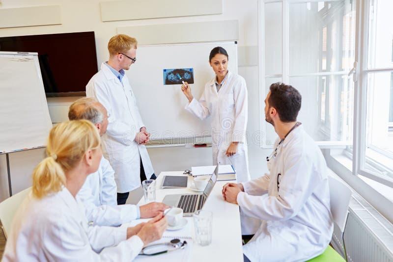 Radiologistas que apresentam o diagnóstico de raio X fotos de stock royalty free