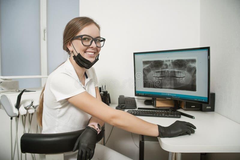Radiologue de fille dans le bureau du dentiste photographie stock libre de droits