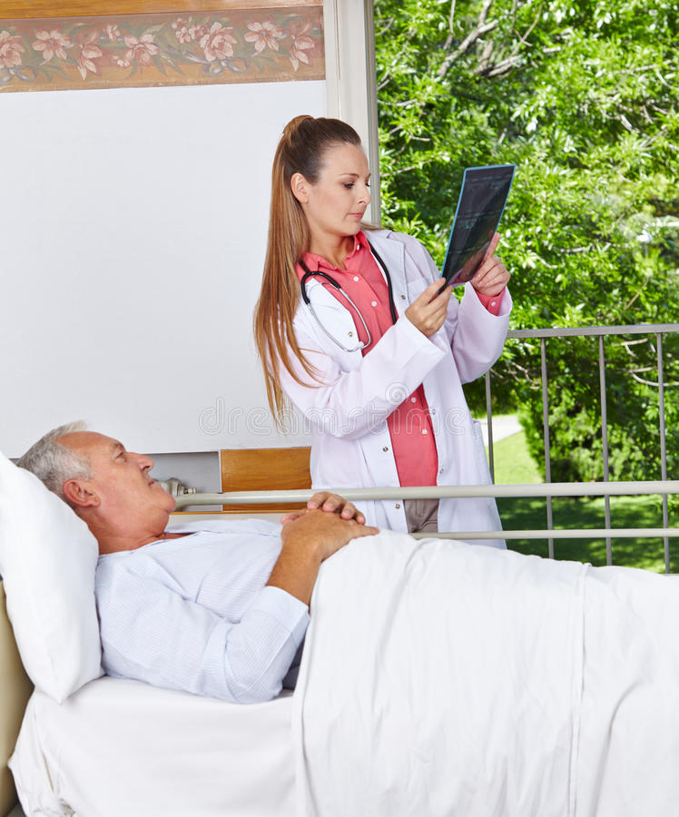 Radiologue regardant l'image de rayon X photo libre de droits