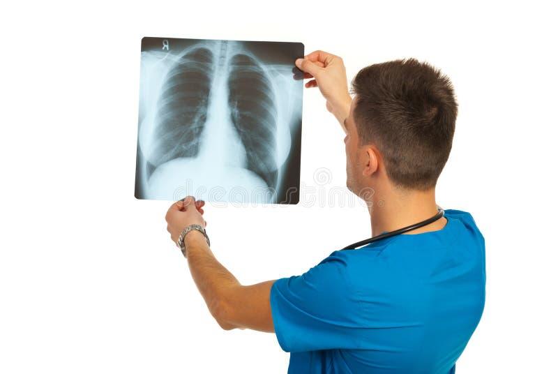 Radioloog die röntgenstraal controleren stock afbeelding