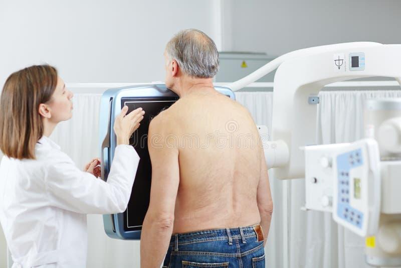 Radioloog en patiënt stock afbeeldingen