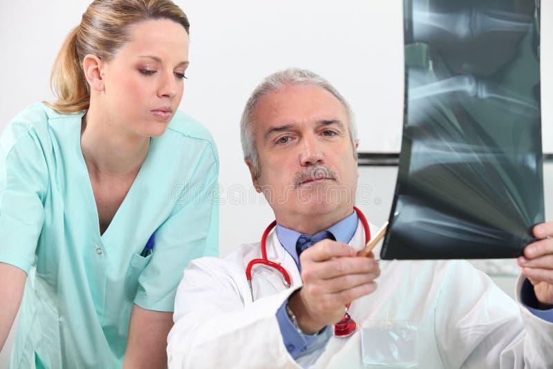 Radioloog en zijn medewerker stock foto's