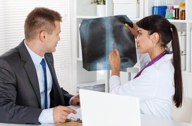 Radioloog of traumatologistconcept royalty-vrije stock afbeelding
