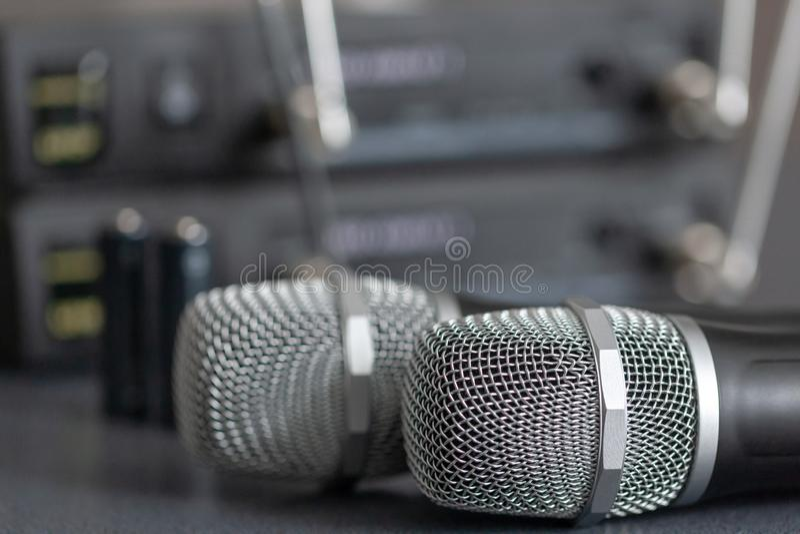 radiomicrofoons draadloos correct transmissiesysteem zachte nadruk Twee mics royalty-vrije stock afbeelding