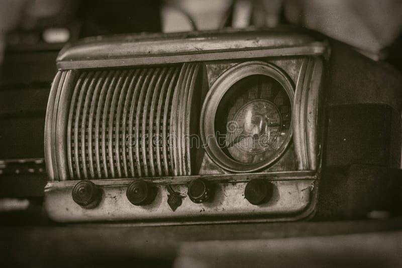 Radioricevitore d'annata anziano del secolo scorso con integrare rustico dell'orologio, sullo scaffale - vista frontale, fotograf fotografia stock libera da diritti