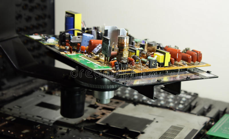 Radiosända delar på elektroniskt bräde på elektronikfabriken arkivbilder