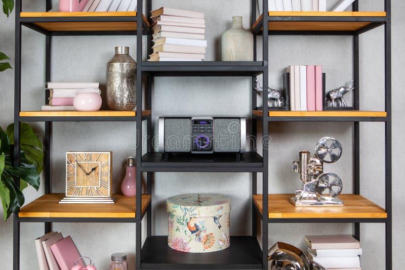 Radiospieler der kompakten CD im Regal im Weinleseinnenraum lizenzfreie stockfotografie