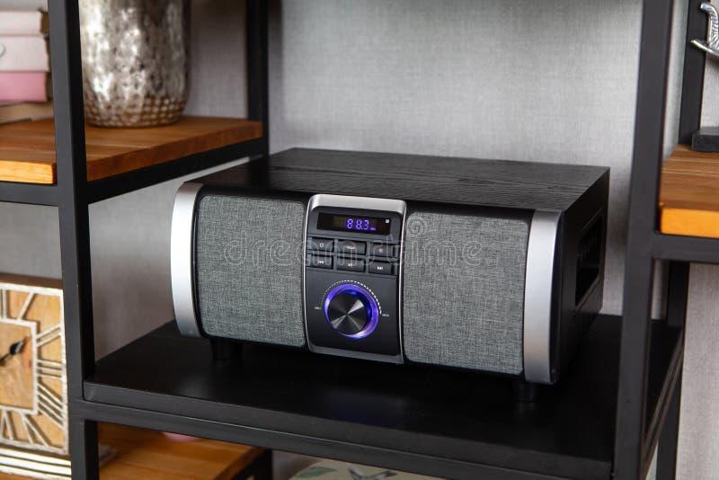 Radiospieler der kompakten CD im Regal im Weinleseinnenraum lizenzfreies stockbild