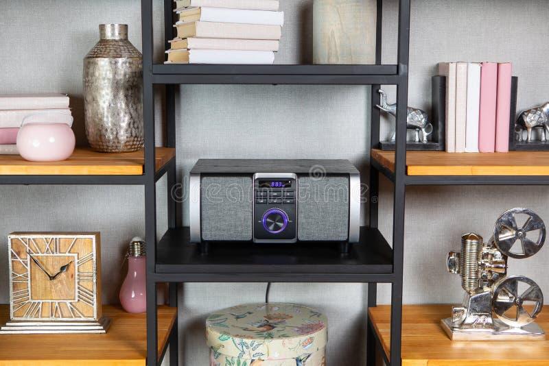 Radiospieler der kompakten CD im Regal im Weinleseinnenraum lizenzfreies stockfoto