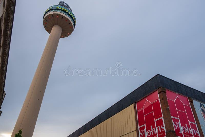 Radiostadstornet eller Sts John fyr, en radio och observationstornet i Liverpool byggde i 1969, uppsättning mot horisonten arkivfoto