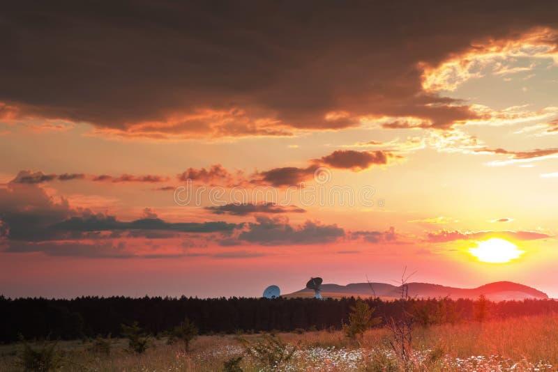 Radiotélescopes au coucher du soleil photographie stock libre de droits