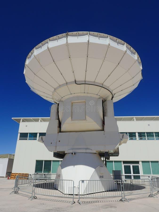 Radiotelescope, большая антенна на обсерватории Альма в San Pedro de Atacama, Чили стоковое фото