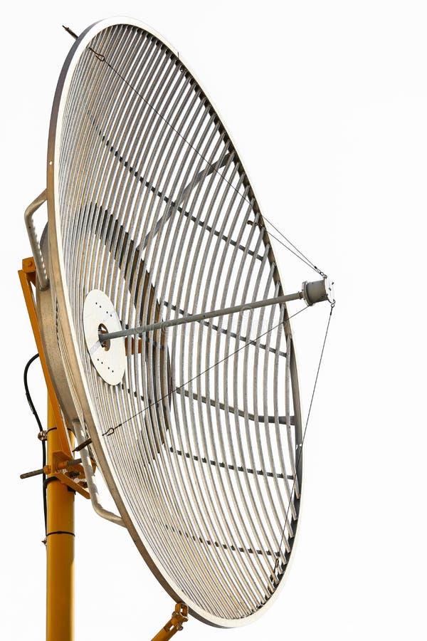 Radiotelescopen of satellietschotel voor mededeling, Technologie voor communicatie tussen land, Verbinding door satellietsignaal stock afbeelding