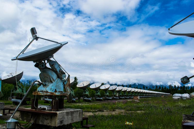 Radioteleskop w lesie w ciÄ…gu dnia obraz stock