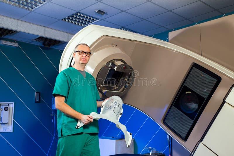 Radiotherapieruimte - de machine van de Stralingstherapie royalty-vrije stock afbeelding