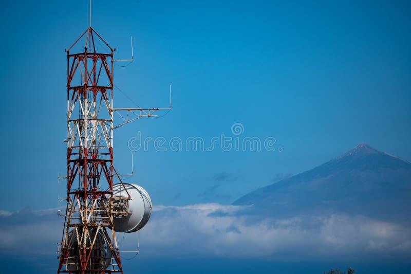 Radiotoren op La Gomera en op de achtergrond Teide op Tenerife stock foto