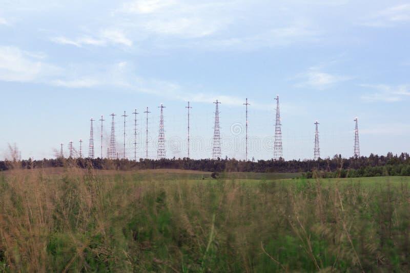 Radiotorn i fältet arkivfoton