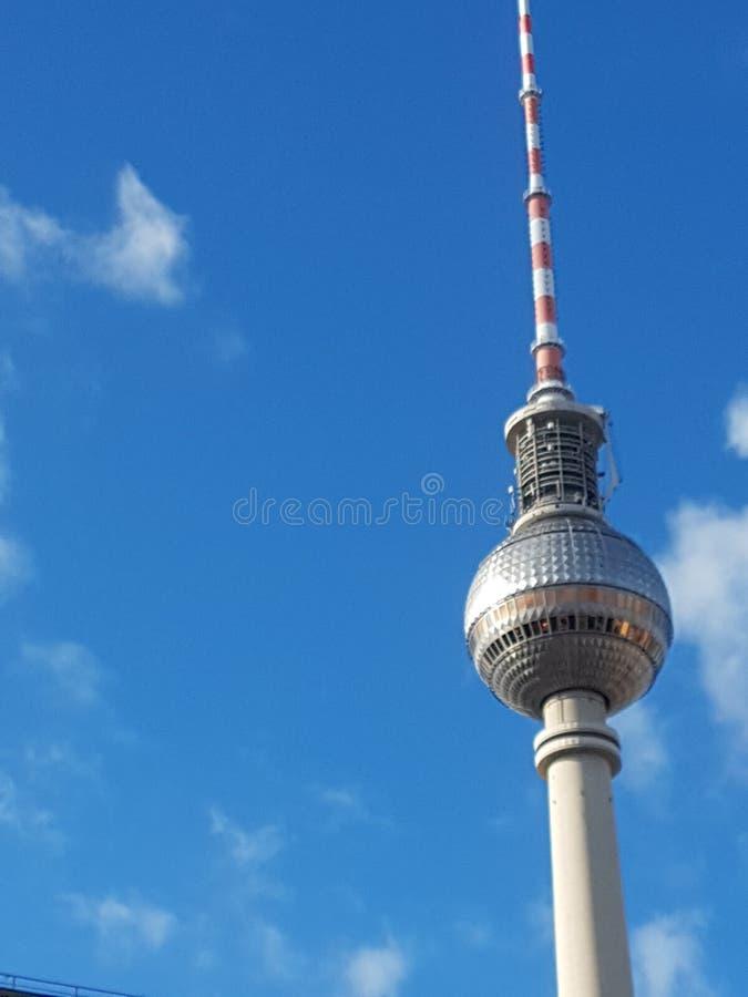 Radiotorn på den AlexandrerPlatz fyrkanten i Berlin royaltyfri bild