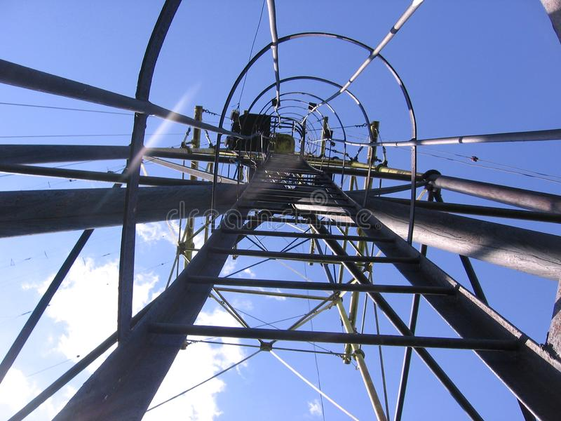 Radioturm der hohen Ansicht aus Stahlübermittlerentwurf heraus stockfotos
