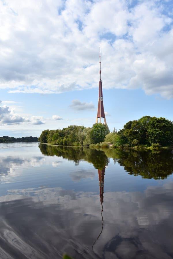 Radioturm in Riga und Reflexion in Fluss Daugava stockfotografie