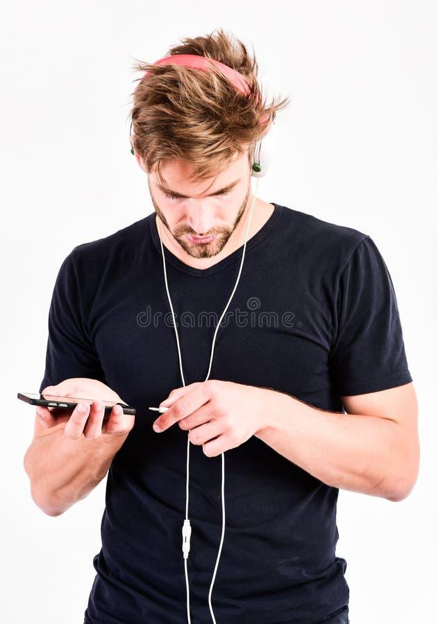 Radiov?g Popmusik Begrepp för spelare Mp3 Tyck om solid hörlurar Musikgrej Musikaliska åtföljande grejer Mannen lyssnar royaltyfri bild