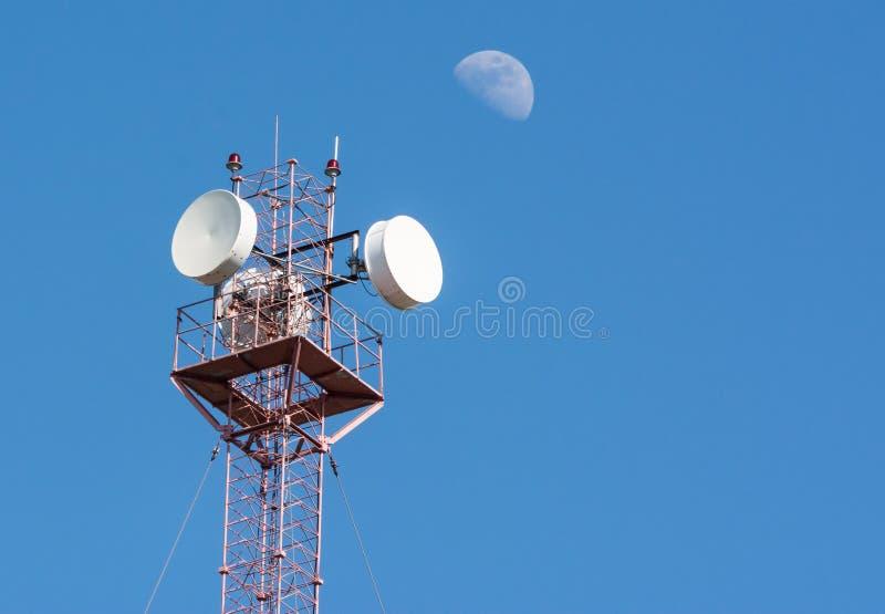 Radiowa komórkowa antena nad niebieskim niebem i dużą przyrodnią księżyc zdjęcie stock