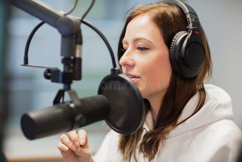 Radiowy dżokej Patrzeje Oddalony Podczas gdy Używać hełmofony I mikrofon obraz stock