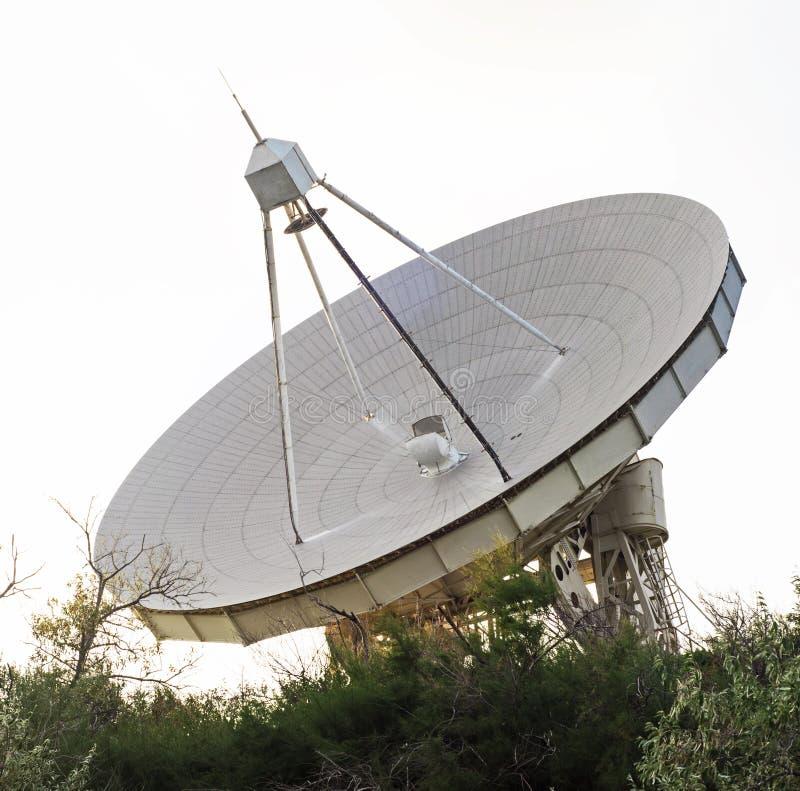 Radiowy teleskop dla astronomii przy letnim dniem fotografia royalty free