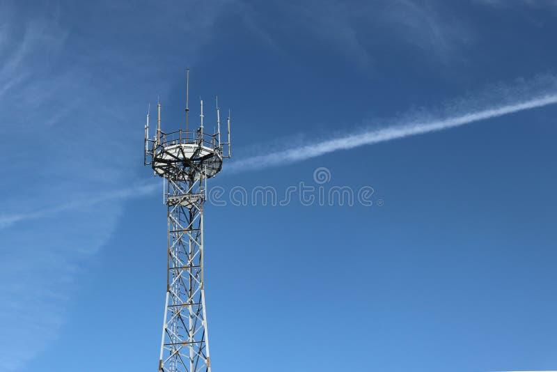Radiowy wierza z antenami na niebieskiego nieba tle Metal budowa Technologia budynek Technologia bezprzewodowy informatio obraz royalty free