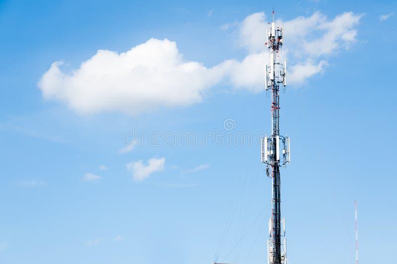 Radiozenders, de antenne van de Celtelefoon en communicatie torens met blauwe hemel royalty-vrije stock foto's