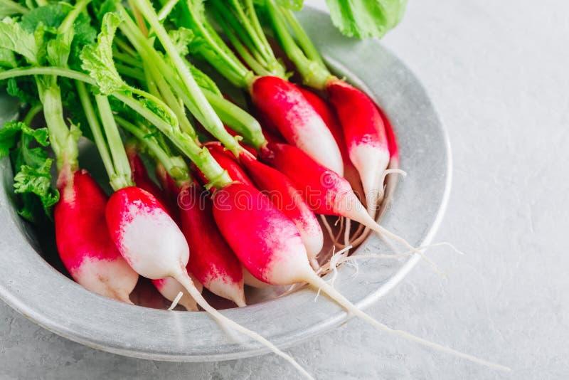 Radis organiques crus frais dans une cuvette photo libre de droits