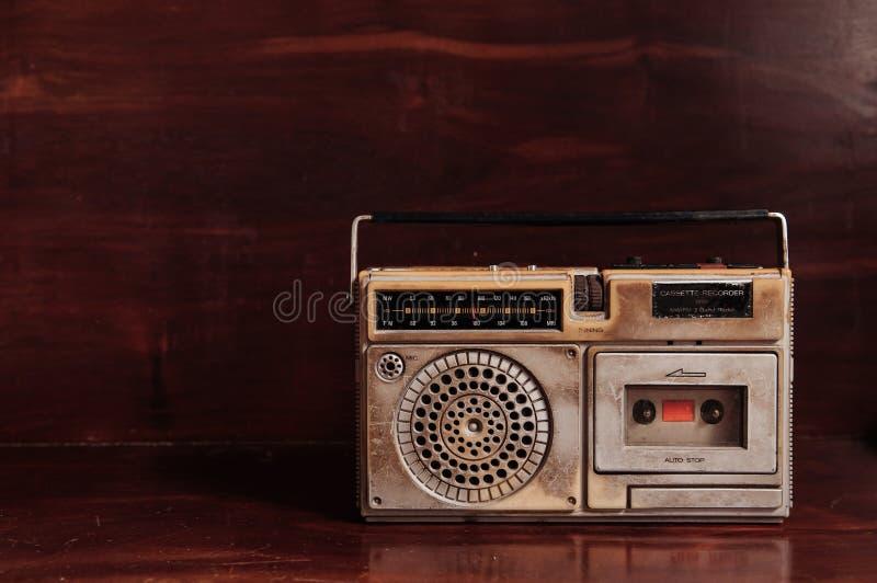 Radito rustique de transistor de vieux vintage avec le magnétophone à cassettes images stock
