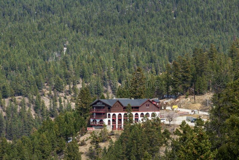 Radium-heiße Quellen, KANADA - 23. MÄRZ 2019: Motelschiefer in Rocky Mountains an einem hellen bewölkten Tag lizenzfreie stockbilder