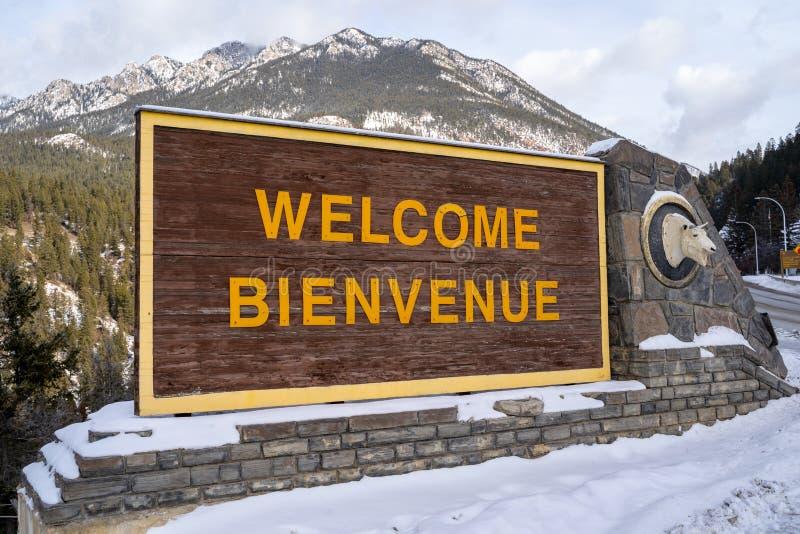 Radium Hot Springs, British Columbia, Kanada - Janurary 20, 2019: Tecken som välkomnar besökare till radium Hot Springs i vintern royaltyfria bilder