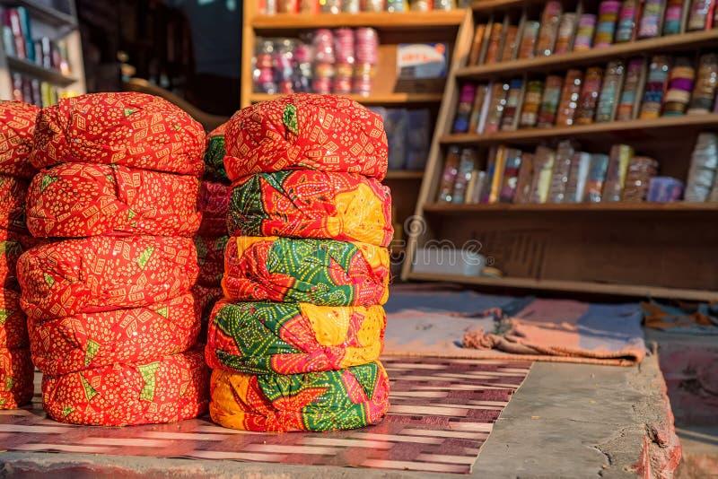 Radja` s hoeden voor verkoop in Indische herinneringswinkel royalty-vrije stock afbeeldingen