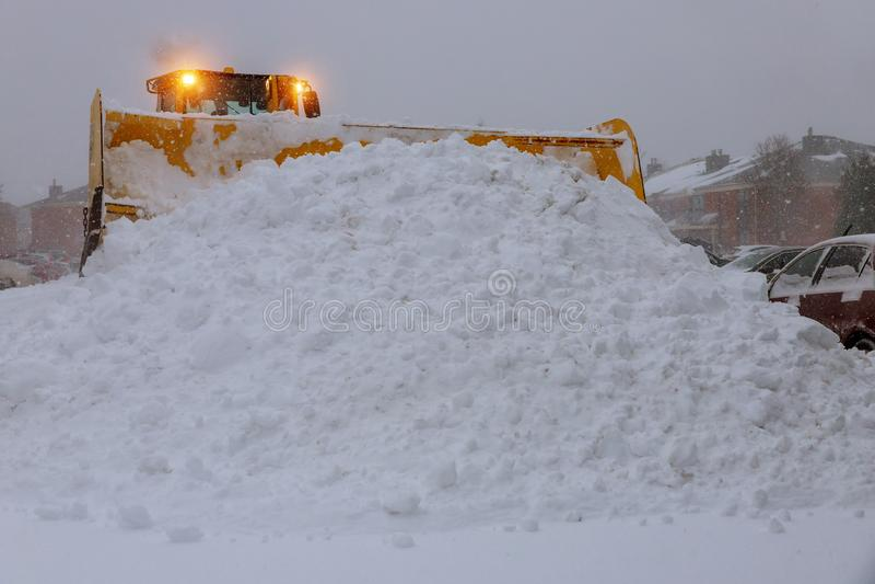Radlader-Maschinentraktor, der Schnee entfernt Klärung der Straße vom Eis und vom Schnee lizenzfreie stockfotos