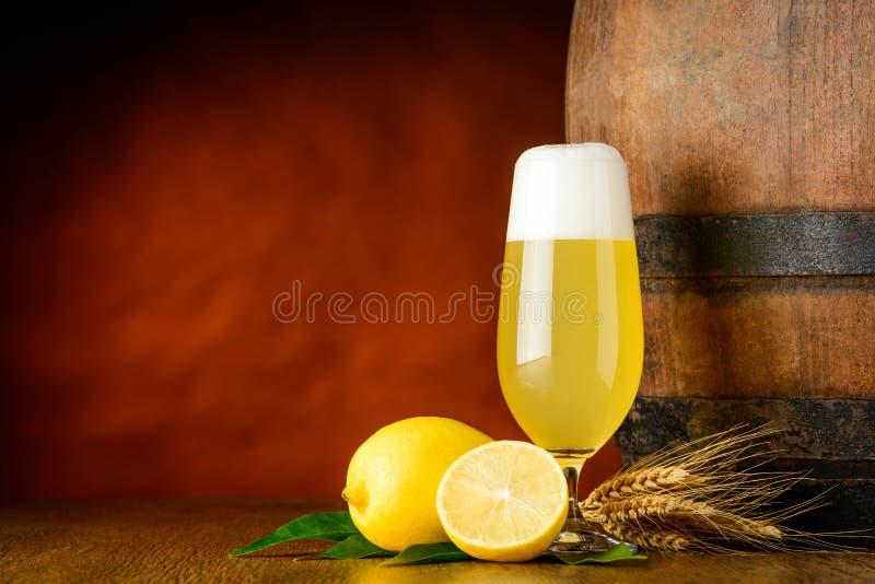 Radler ölexponeringsglas och citron royaltyfri fotografi