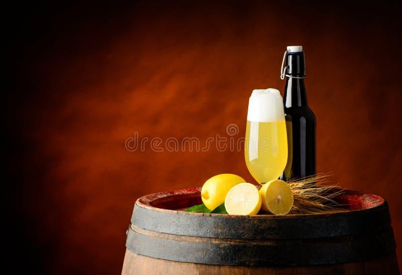 Radlerbier en citroen stock fotografie