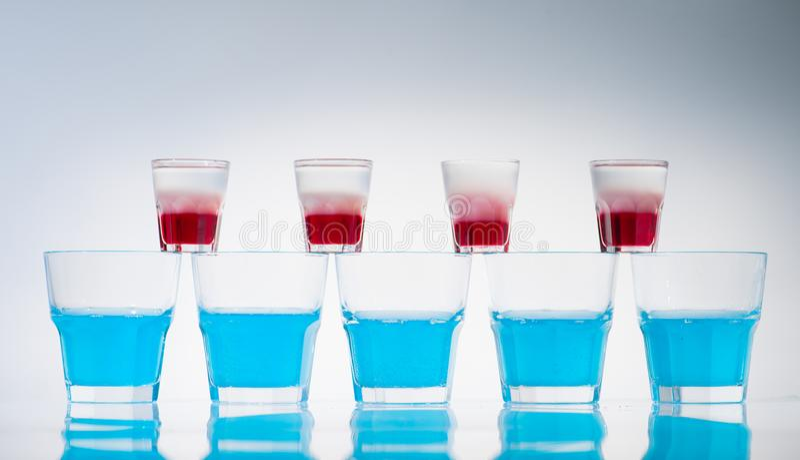 radlinje av kopp- och skottexponeringsglas royaltyfri fotografi