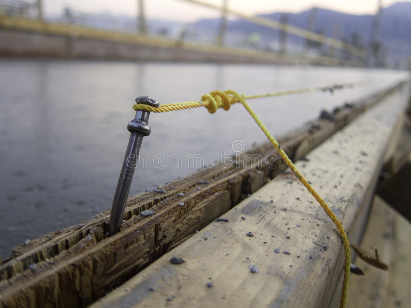 Radlinjen spikar betong arkivfoto