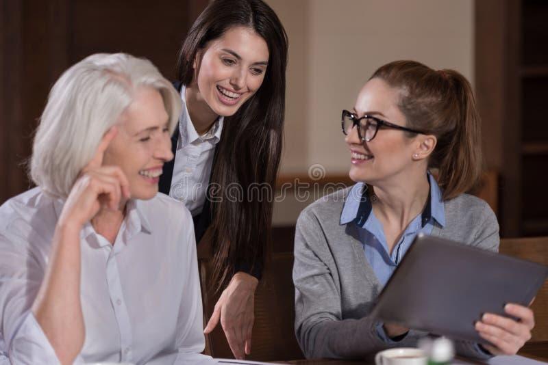 Radośni koledzy śmia się podczas gdy pracujący zdjęcia royalty free