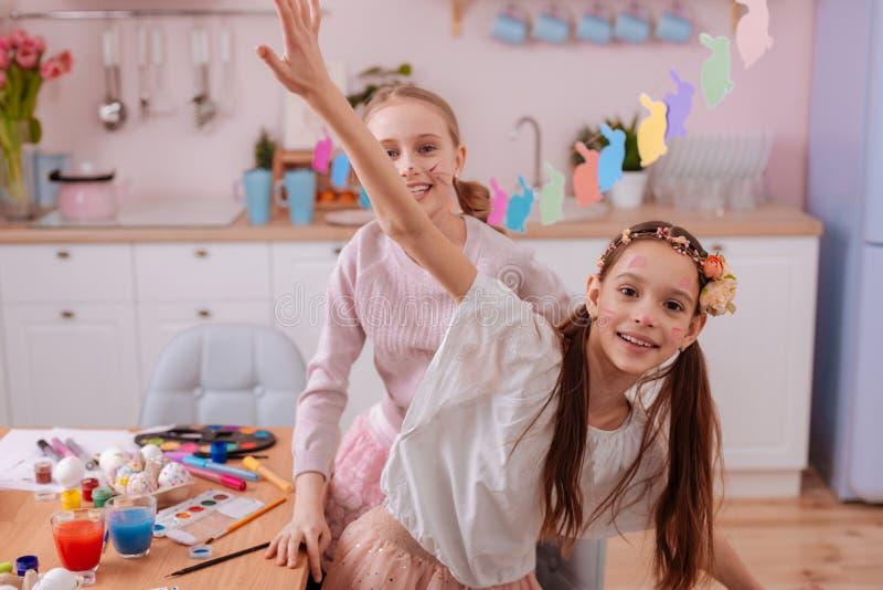 Radośni nastolatkowie ma zabawę w kuchni wpólnie obrazy stock
