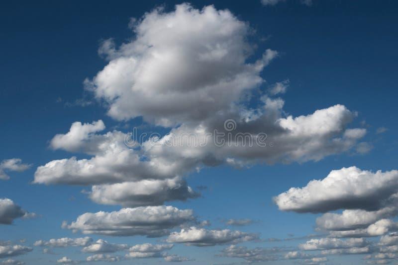 Rado tranquillo scenico del fondo del cloudscape del cielo di Cloudscape dell'aria blu della natura fotografie stock libere da diritti