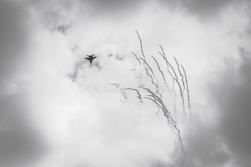 RADOM, POLÔNIA - 26 DE AGOSTO: O F-16 polonês faz sua mostra durante o Ai fotografia de stock royalty free