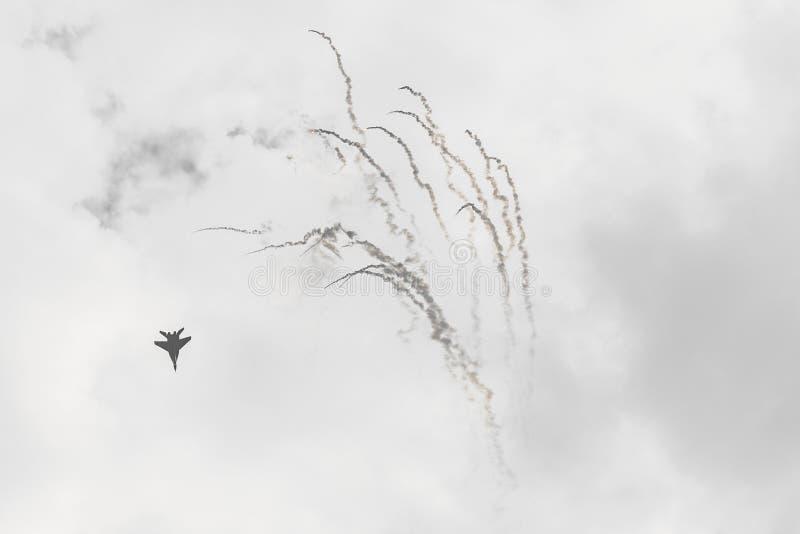 RADOM, POLÔNIA - 26 DE AGOSTO: O F-16 polonês faz sua mostra durante o Ai fotografia de stock