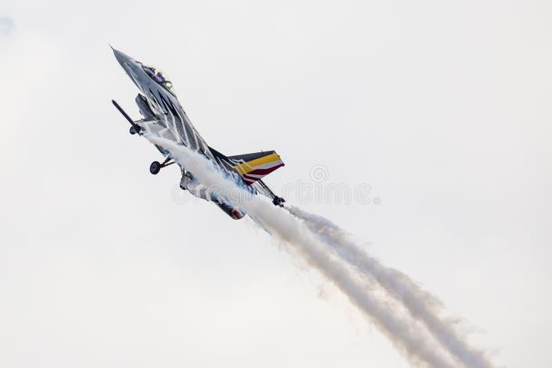 RADOM POLEN - AUGUSTI 23: Belgisk flygvapenF-16 gör dess show fotografering för bildbyråer