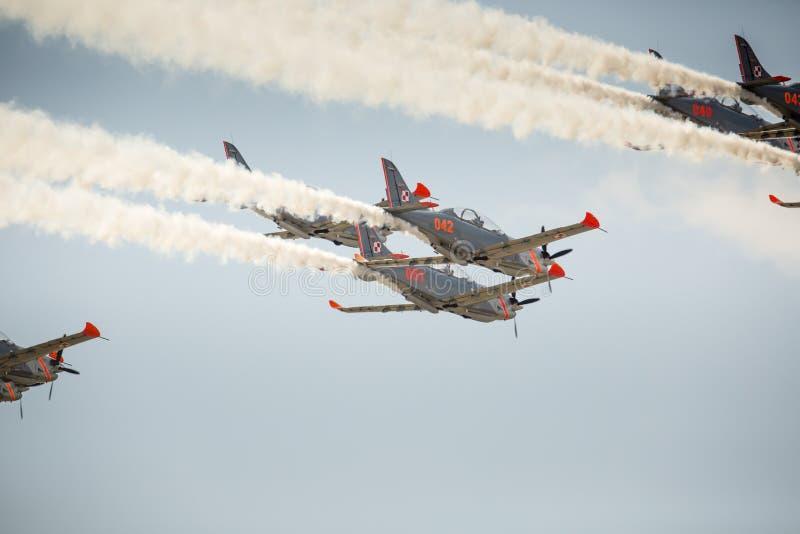 RADOM POLEN - AUGUSTI 23: Orlik (Polen) aerobatic skärmlag royaltyfria foton